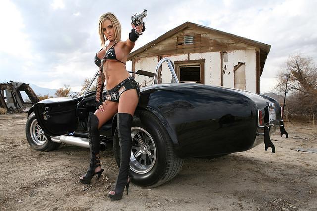 Фото красивых девушек голых с оружием